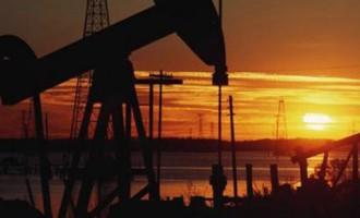 A quien beneficia la caída del precio del petroleo